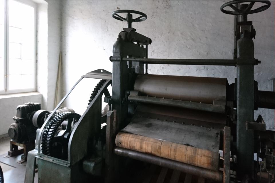 Валик для выравнивания поверхности бумаги и для нанесения водяных знаков
