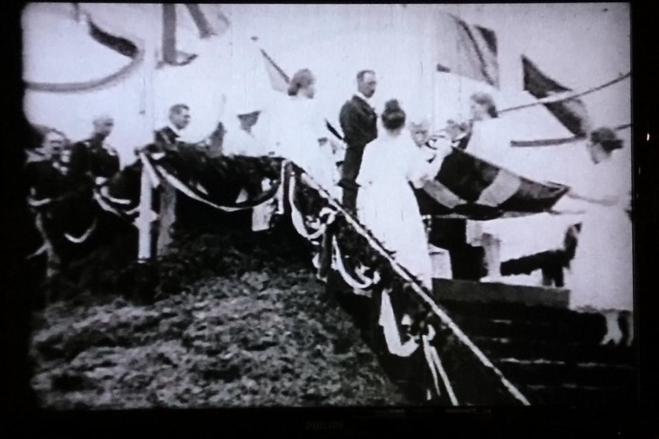 10 июня 1920 г. жители города преподнесли королю Кристиан Х флаг Даннеброг