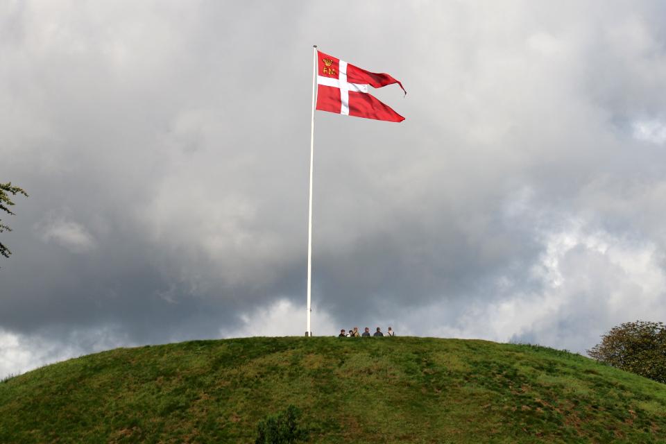 Курган Тира в г. Еллинг / Эллинг (дат. Jelling), Дания. Фото 5 сент. 2019