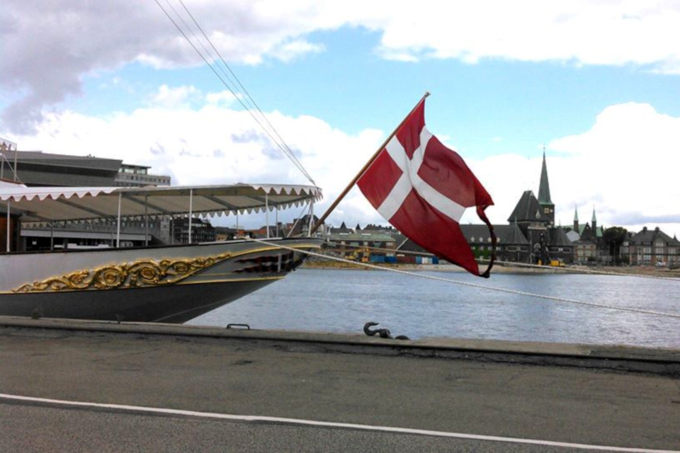 "Флаг на королевской яхте ""Даннеброг"" в порту г. Орхуса, Дания"