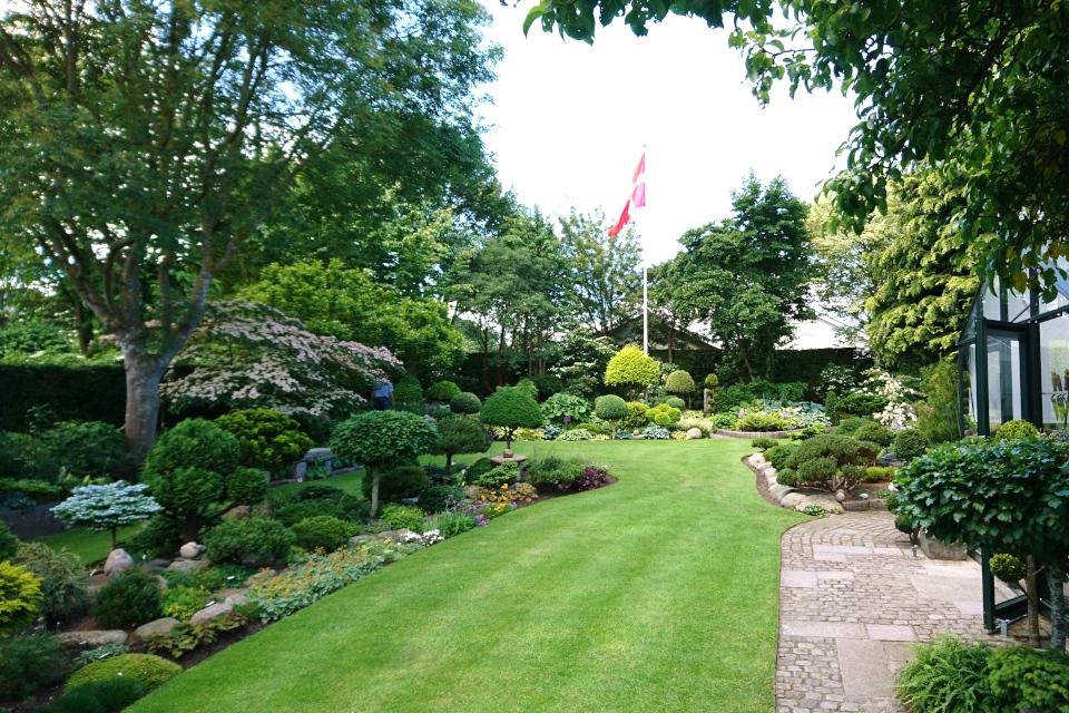Газон с клумбами возле дома, сад Кирстен и Ингольф