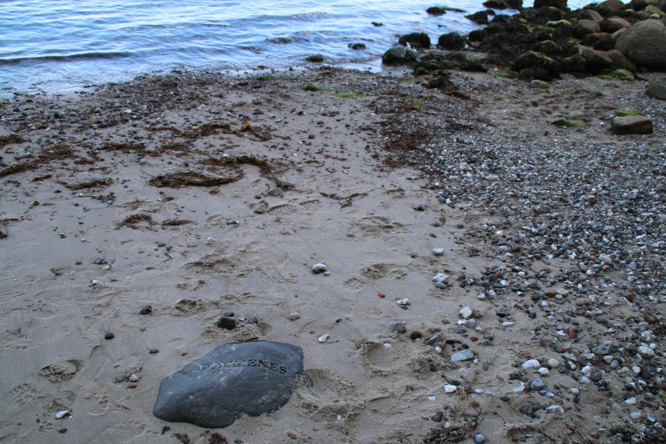 "Море Кризисов (дат. Dommenes Hav) - надпись на другом ""лунном камне"""