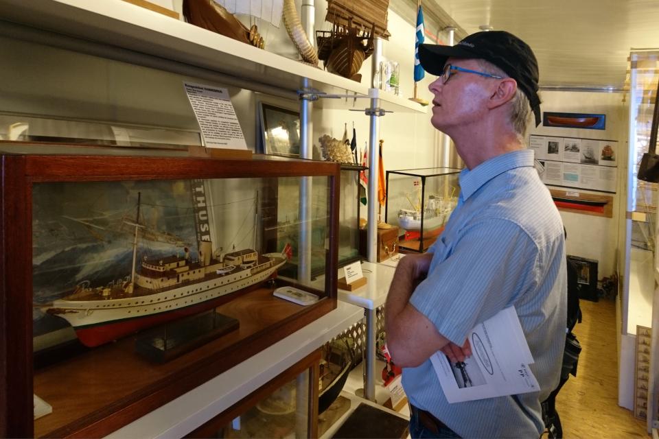 Макет яхты Даннеброг, королевские медали и картина яхты