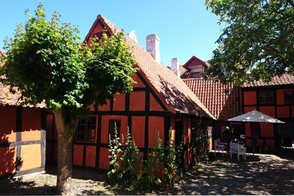 Жилые постройки во дворе. Фото 27 июн. 2019, Эбельтофт / Ebeltoft, Дания