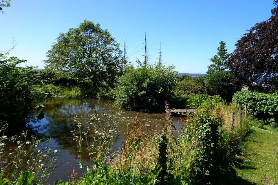 Озеро во дворе старой красильни. На заднем плане виден фрегат Юлланд