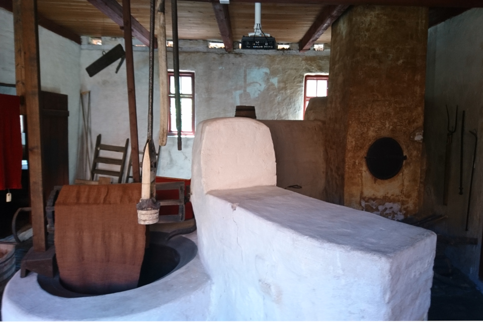Дугообразная печь возле котлов. Фото 27 июн. 2019, музей в г. Эбельтофт / Ebeltoft, Дания.