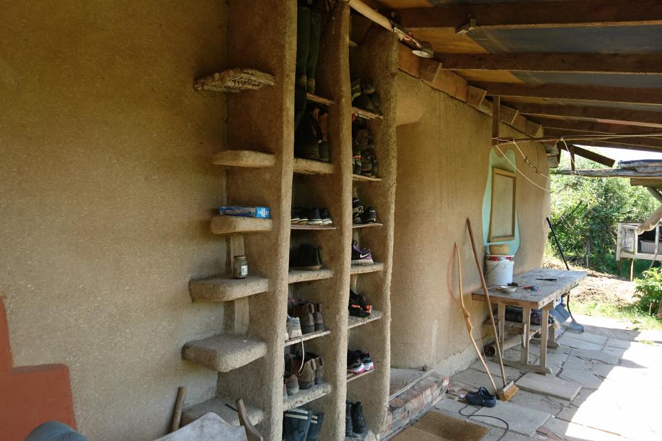 Дом из глины с волокнистыми материалами