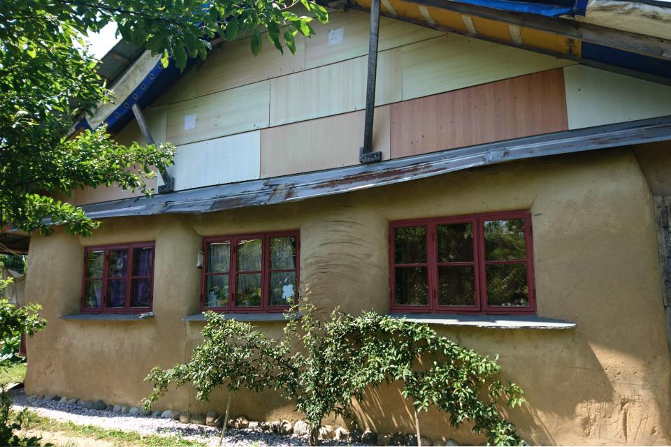 Дом из глины с волокнистыми материалами и вторичного сырья