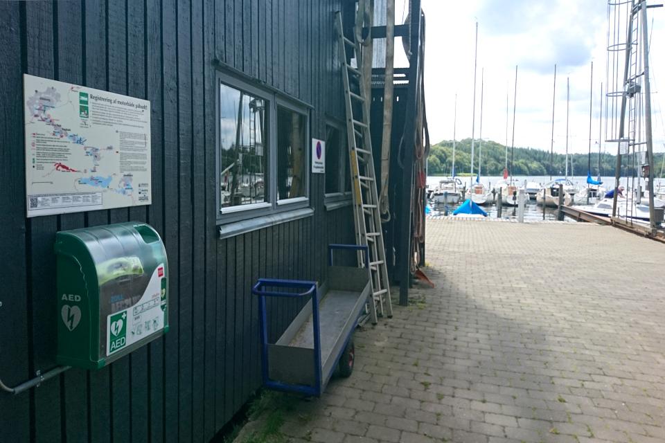 Дефибриллятор (АНД) на наружной стене здания парусного клуба, Дания
