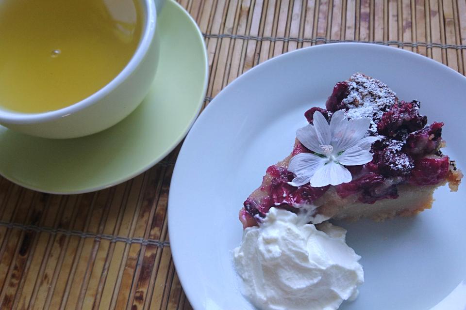 Вишневый пирог с марципаном со сметаной