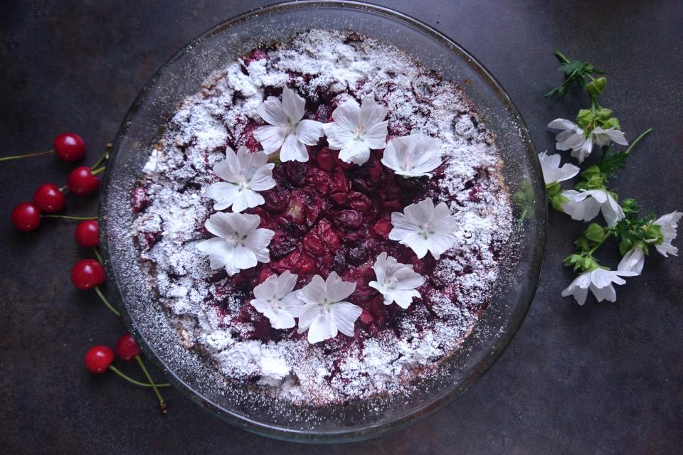Вишневый пирог с марципаном украшенный цветами мальвы