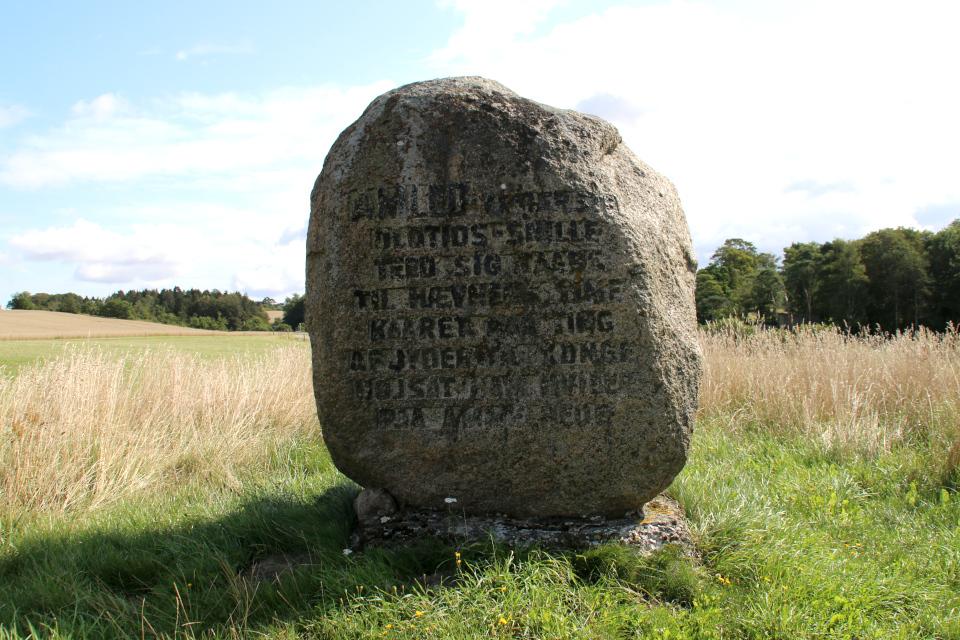 Камень с надписью на вершине кургана - могилы Гамлета