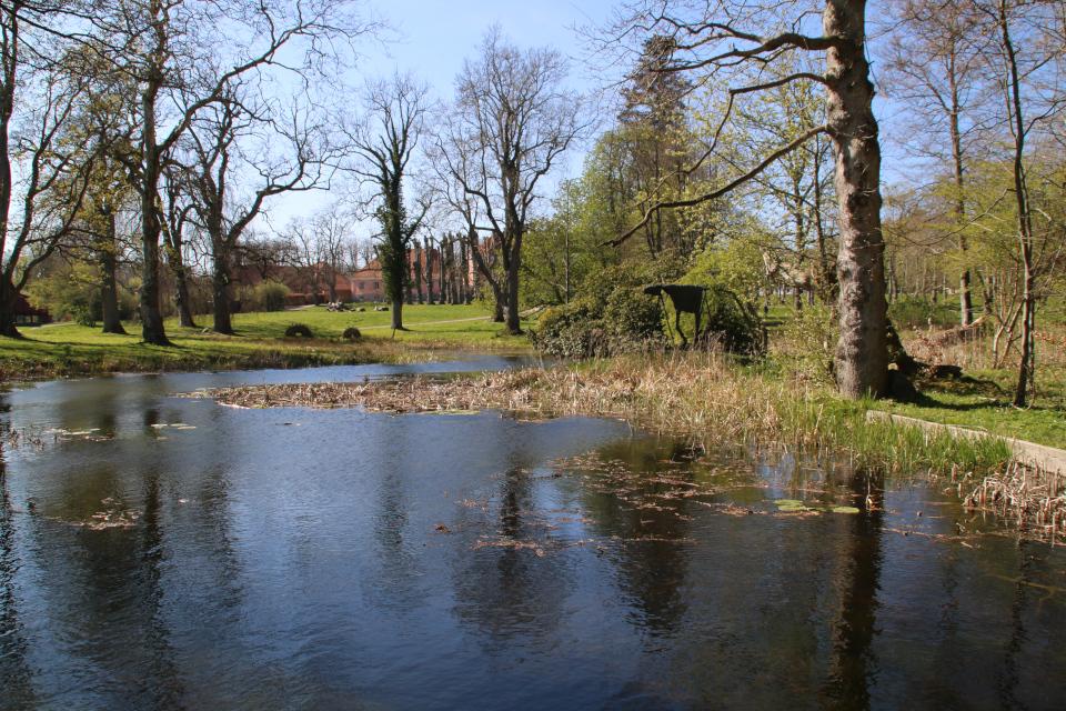 "Озеро возле дворца Мосгорд с плетеными фигурами ""Путь викинга Орм"""