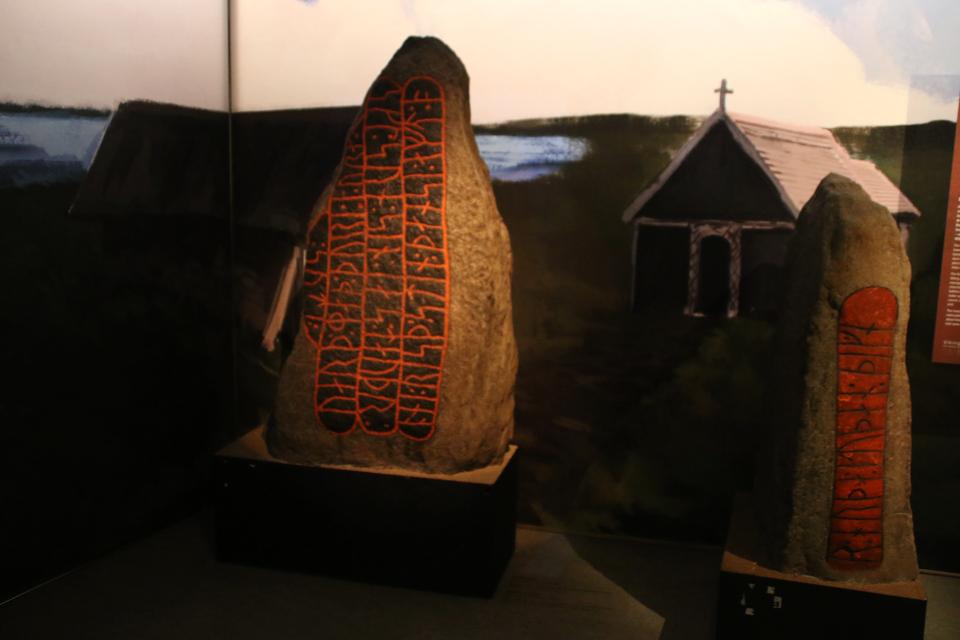 Рунные камни времен викингов, найденные в окрестностях г. Рандерс, Дания