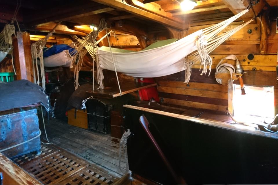 Корабельные гамаки и сундуки для хранения вещей