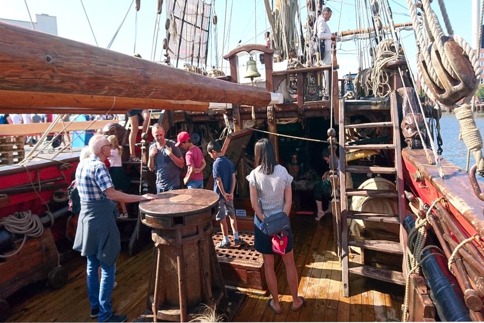 Брашпиль для подъема якоря на палубе фрегата Штандарт