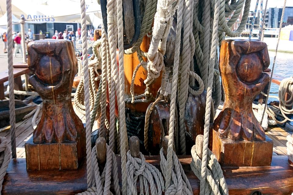 Декор палубы в виде рук, сжимающих шар. Фото 2 авг. 2019, порт г. Орхус / Aarhus, Дания