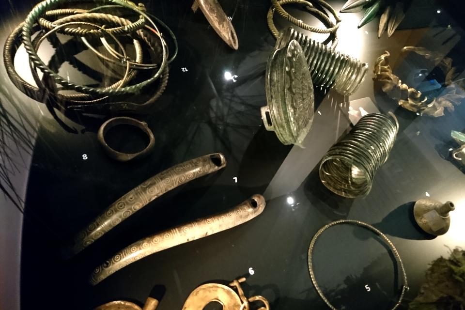 находки предметов, относящихся к бронзовому и железному веку