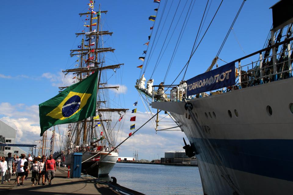 Бразильский парусник Cisne Branco возле Российского парусного корабля Мир