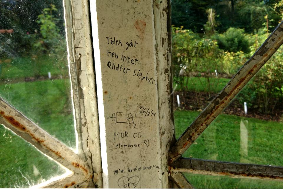 надпись на внутренней стене беседки королевского парка Марселисборг anno 2019