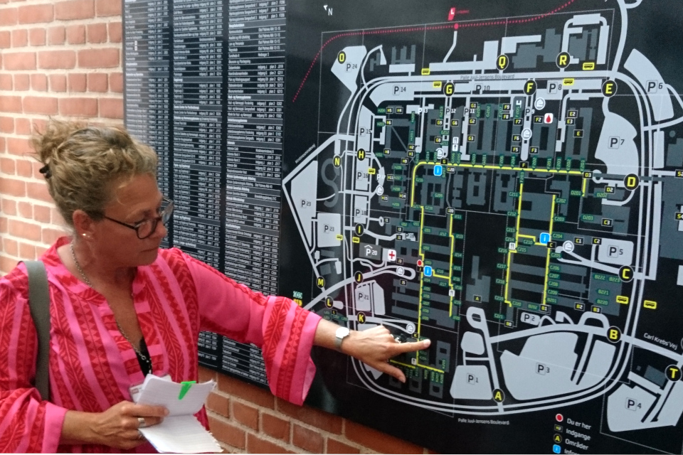 Кристине Йорт (Kristine Hjørt) показывет место начала экскурсии