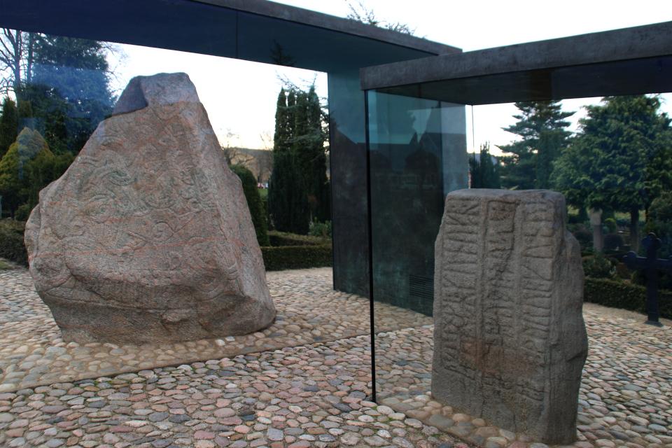 Рунные камни в стеклянных витринах. Фото 12 фев. 2019, Еллинг / Jelling, Дания