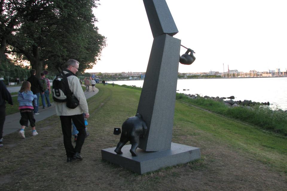 Фестиваль современных скульптур Sculpture by Sea на Побережье возле Тангкроэн в Орхусе