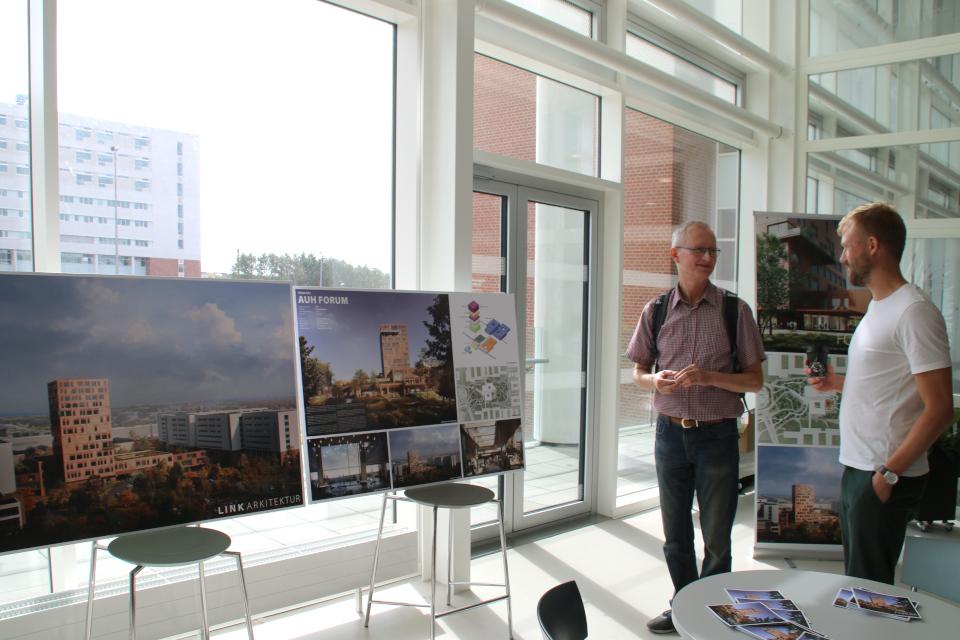 Архитектор знакомит с планом нового комплекса Форум (Forum)