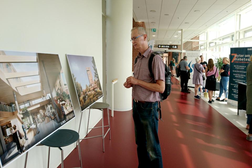 Рекламные плакаты о новом здании Форум (Forum)