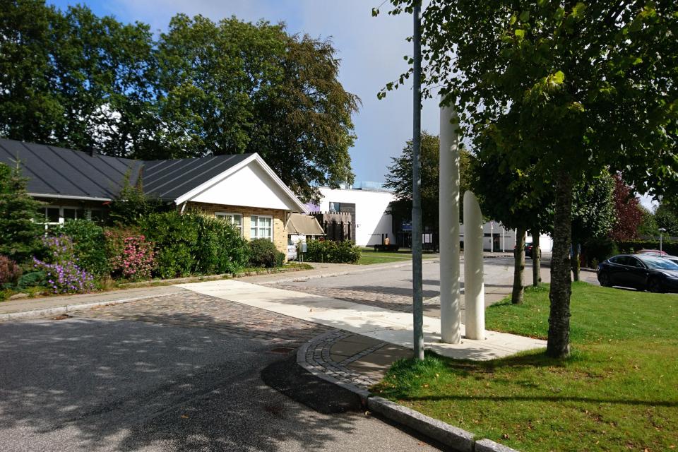 Обозначено местоположение бывшего частокола, который проходит через парковку