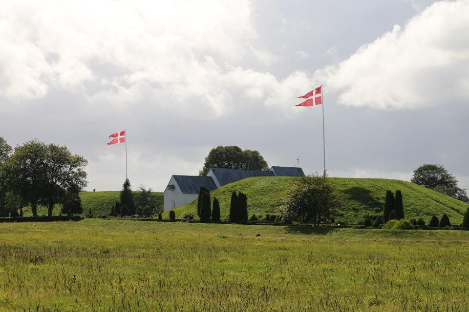Два кургана - северный и южный, между которыми расположена церковь