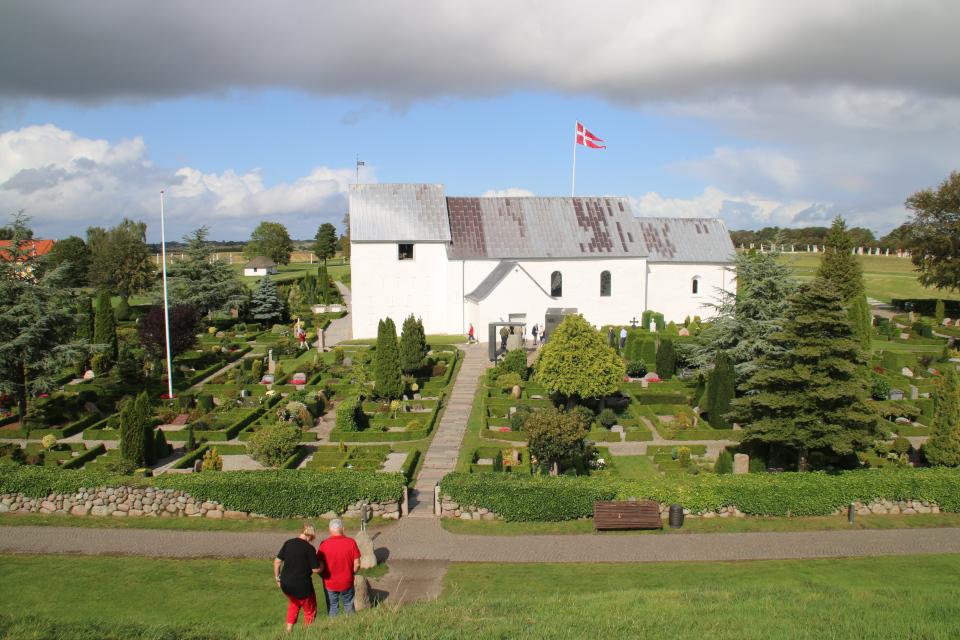 Действующее кладбище возле церкви. Вид с южного кургана. Ф