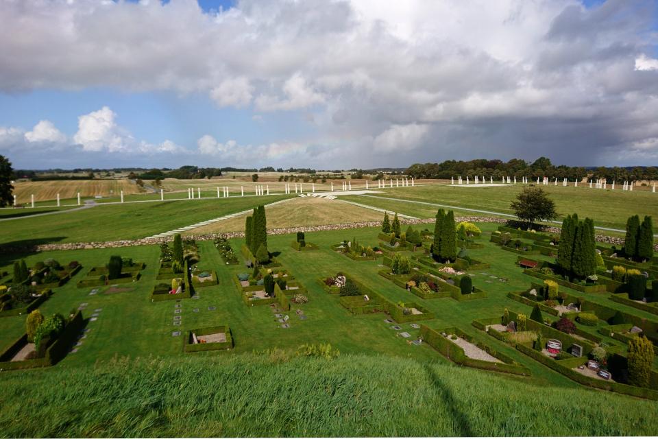 Действующее кладбище возле церкви. Вид с кургана Тюра