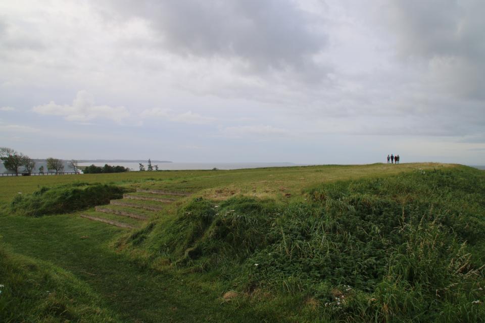 Вид в земляного вала крепости на фьорд и частный дом на территории Аггерсборг