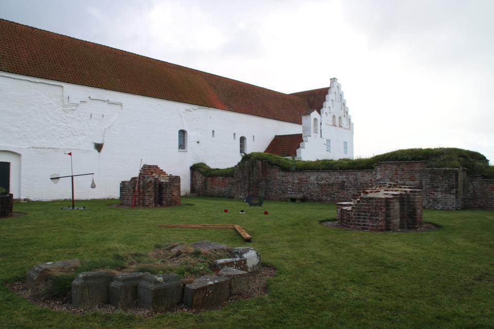 На стене монастыря видны следы совмещения здания со старой церковью