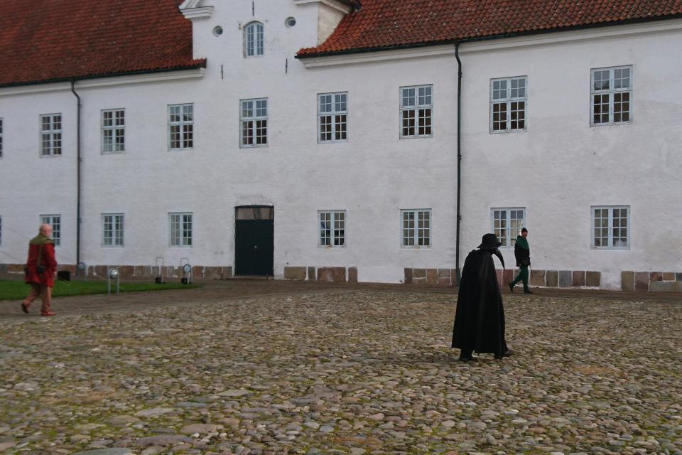 Чумной доктор во дворе монастыря Витскол во время Средневекового фестиваля