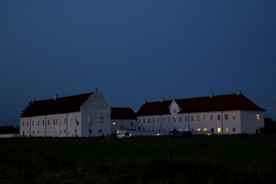 Монастырь Витскол в вечернее время. Фото 12 окт. 2019, г. Ранум / Ranum, Дания