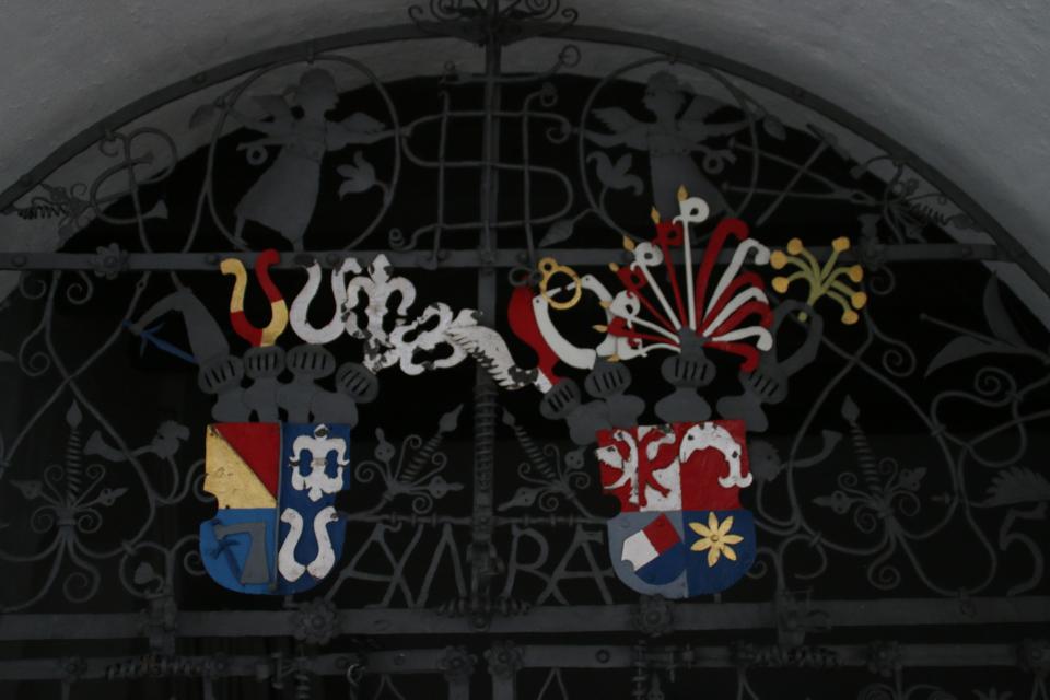 На дверях капеллы - фамильные гербы хозяев поместья: de Lasson и Rosenkrantz