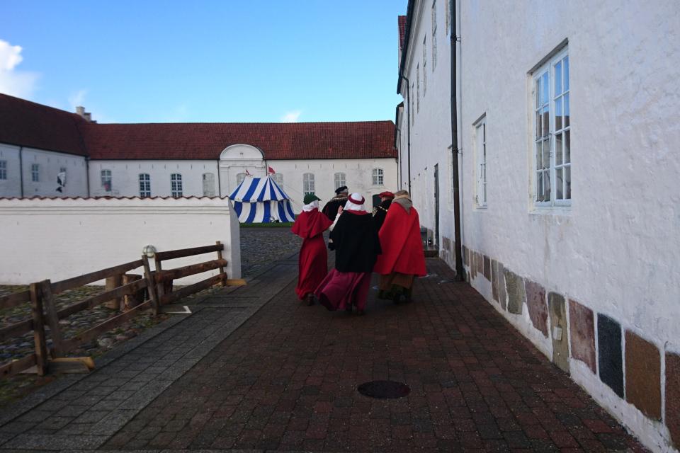 Во дворе монастыря Витскол во время Средневекового фестиваля, Дания