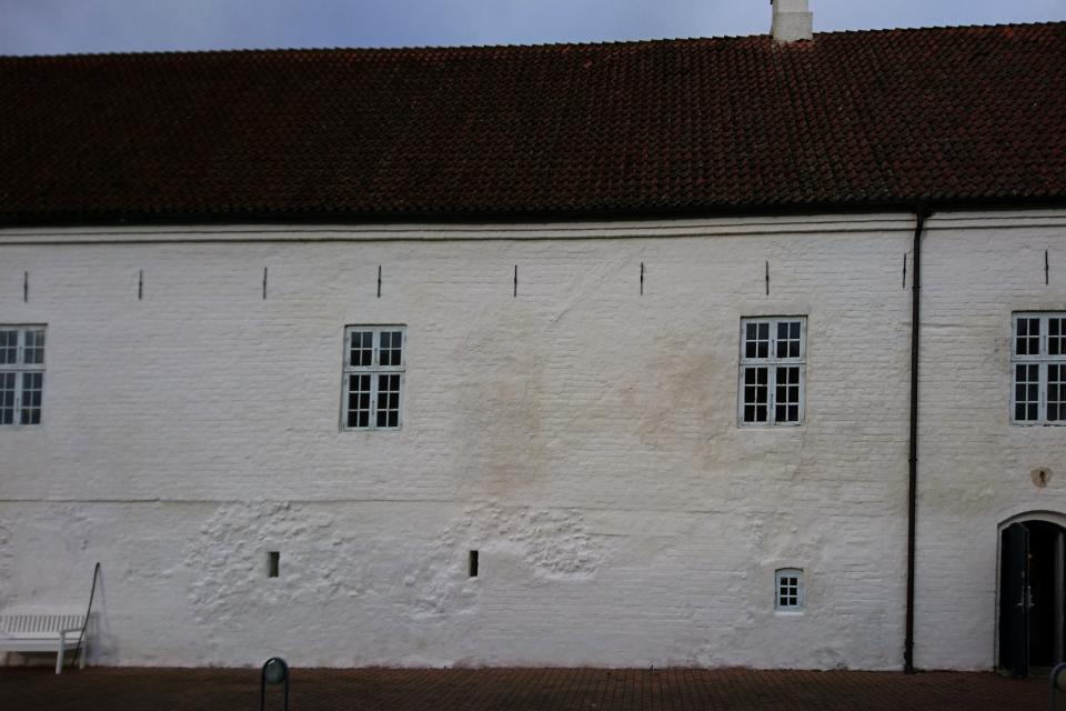 На внутренней стене монастыря видны следы перестройки верхней части здания