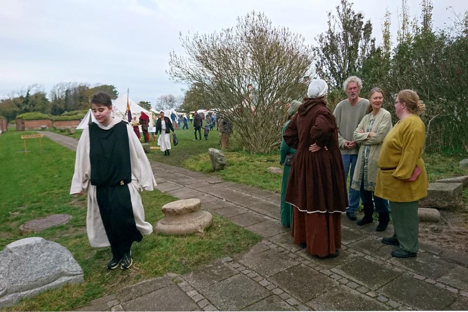 Участник фестиваля в одежде цистерцианского монаха (слева)