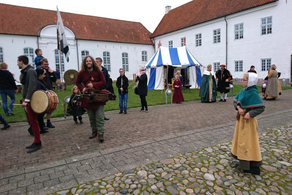 выступление музыкальной группы Virelai во время Средневекового фестиваля Витскол