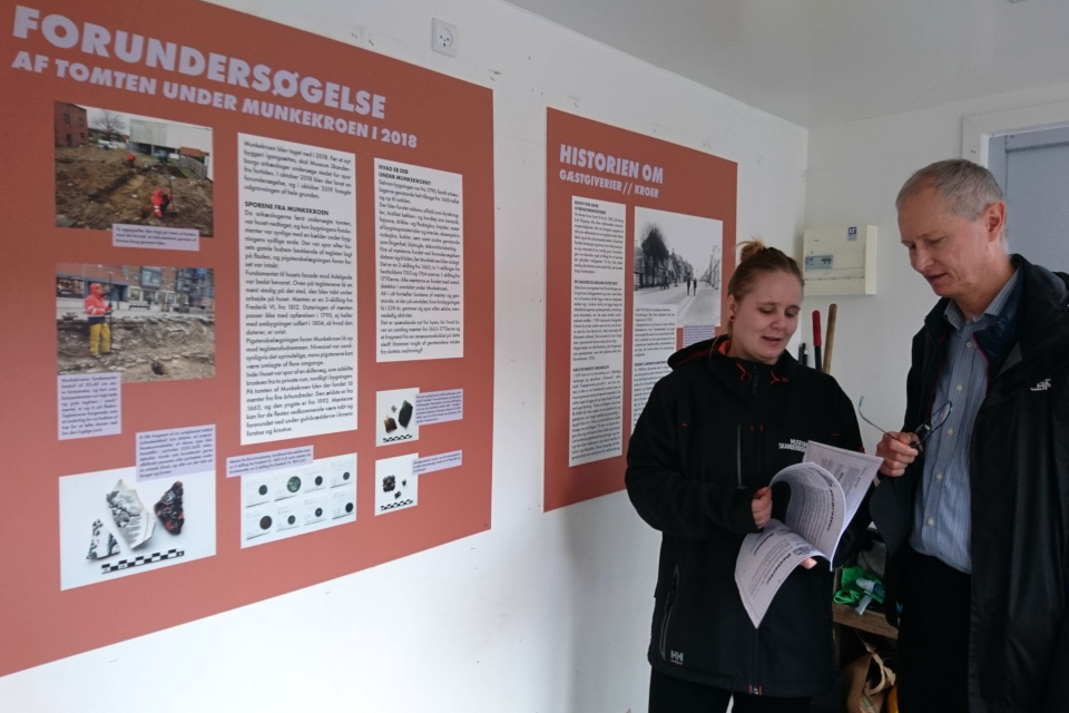Историк демонстрирует копию меню Munkekroen, фото 17 окт. 2019