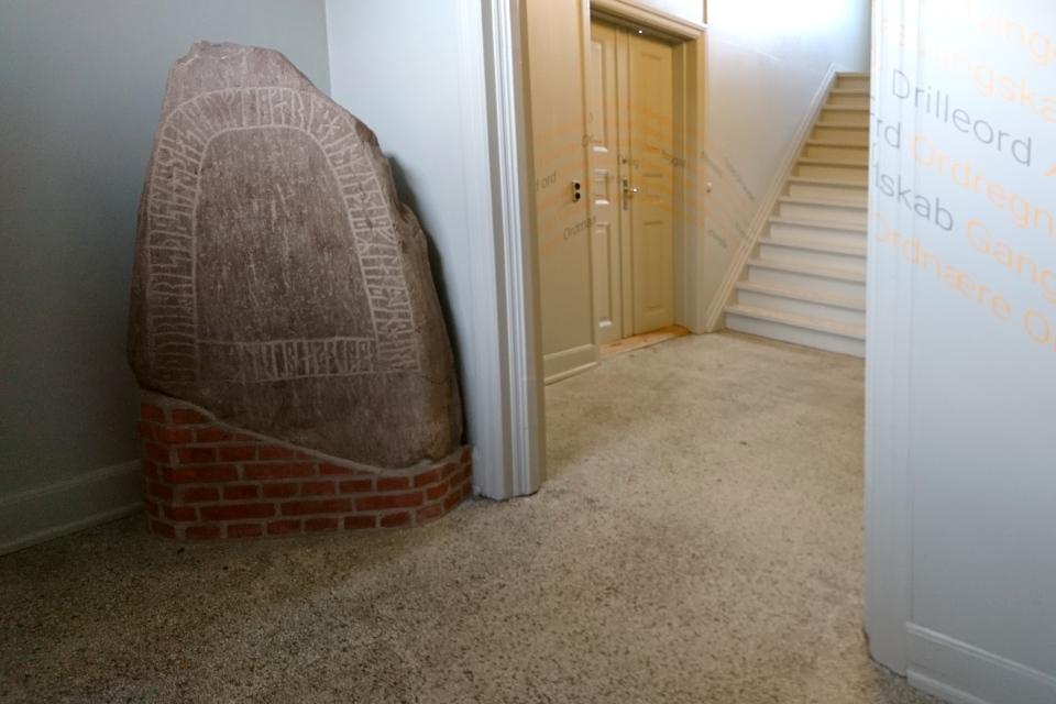 Рунный камень в библиотеке г. Хобро / Hobro, Дания. Фото 1 окр. 2019