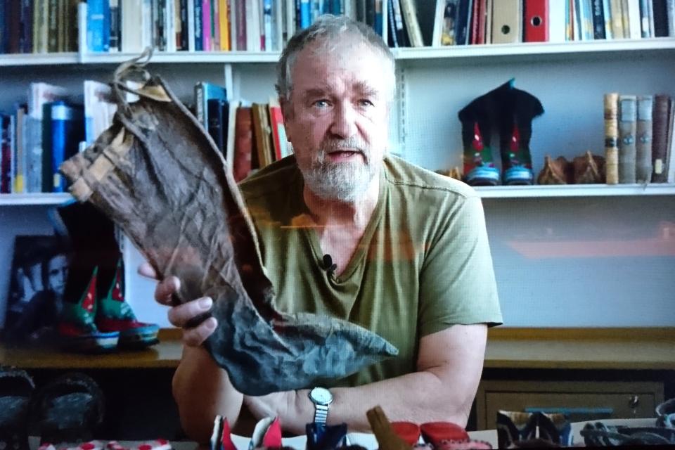 Николай Туксен демонстрирует сапоги, сделанные из кожи лошади
