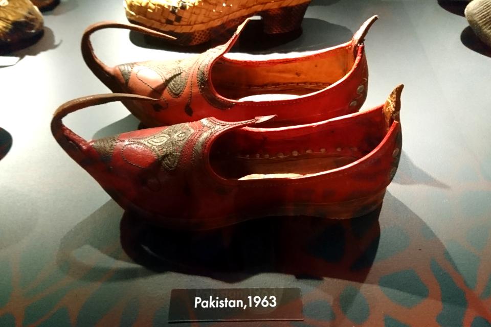 Туфли с загнутым носом из Пакистана (1963г.). Выставка обуви в музее Мосгорд