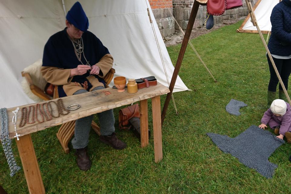 Изготовление кольчуги. Средневековый фестиваль в монастыре Витскол