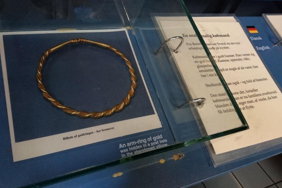 Фотография золотого браслета, найденного на месте раскопок крепости Аггерсборг