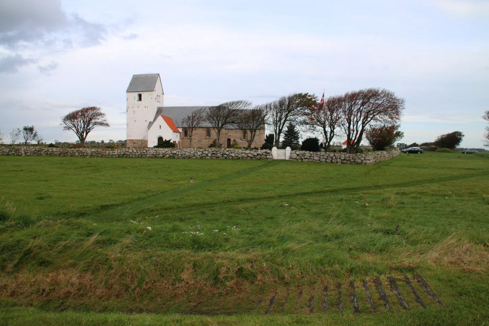 Вид на церковь и парковку с места бывшей крепости викингов Аггерсборг