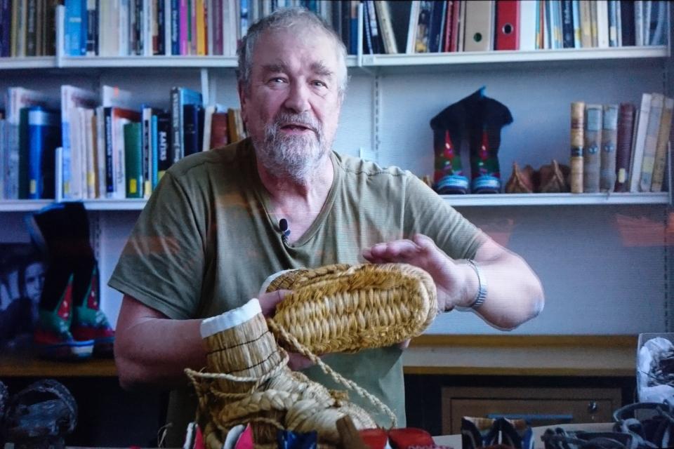 Николай Туксен демонстрирует подошву японских плетеных валенок